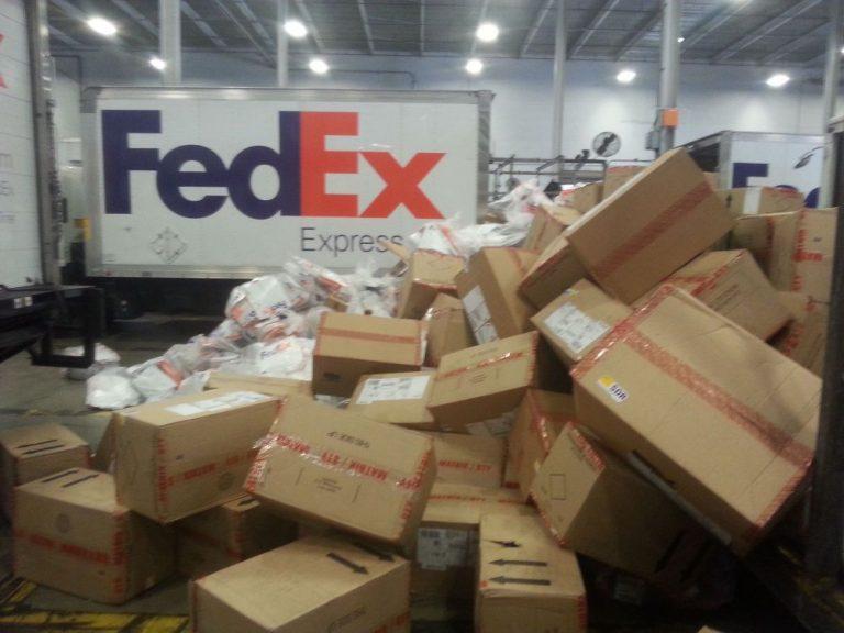 Vídeo flagra funcionários da Fedex jogando encomendas no chão