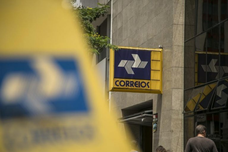 PF prende funcionários dos Correios que roubavam encomendas internacionais em Curitiba