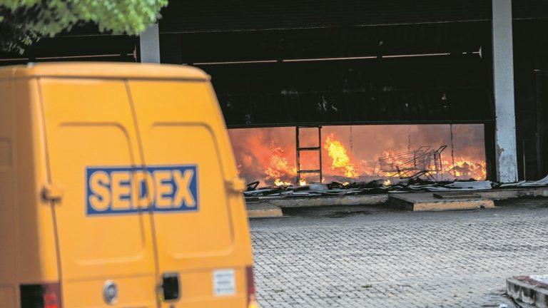Prédio dos Correios segue sem reforma um ano após incêndio