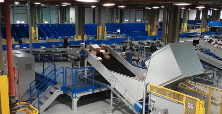 Novo centro de tratamento de encomendas recebe máquina de triagem automatizada